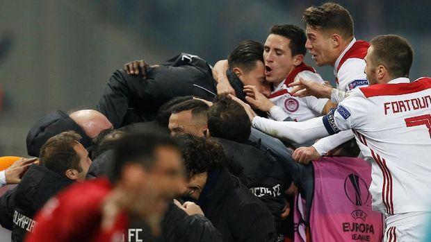 Skuat Olympiakos berselebrasi usai Zapata membuat gol bunuh diri.