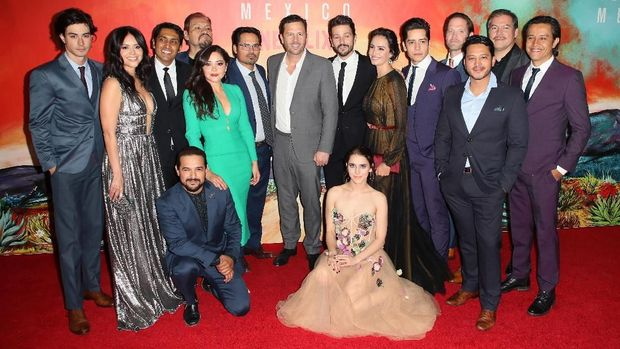 LOS ANGELES, CALIFORNIA - NOVEMBER 14: (L-R, center) Michael Pena, executive producer Eric Newman and Diego Luna pose with other cast members at Netflix's