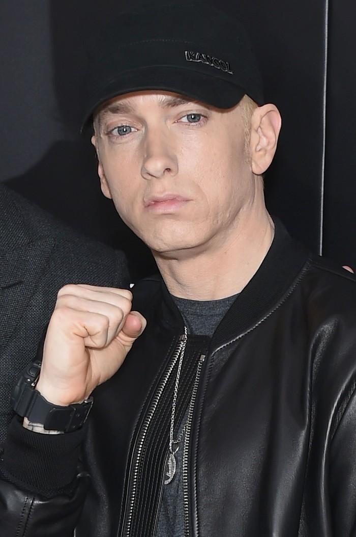 Rapper Eminem yang pernah mengalami masalah tidur dikabarkan selalu menempatkan aluminium foil di jendelanya, meski berada di belahan negara lain. Katanya sih untuk membantu menghalangi sinar matahari. (Foto: Dimitrios Kambouris/Getty Images)