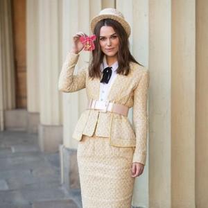 Foto: Gaya Unik Keira Knightley Saat Terima Gelar dari Pangeran Charles