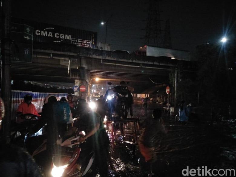 Jalan Inspeksi Kalimalang banjir Foto: Ruly Kurniawan/detikOto