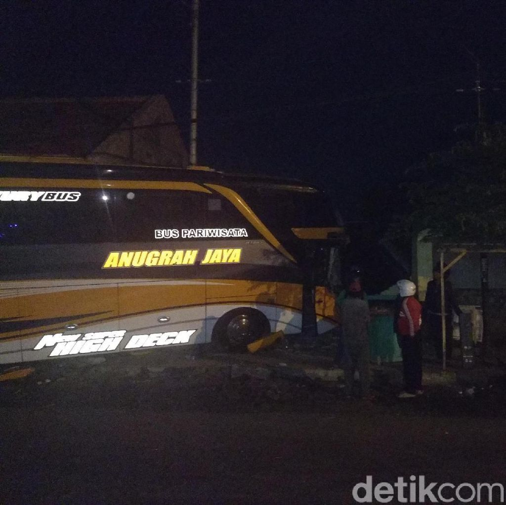 Bus Rombongan Pelajar Lamongan Study Tour Tabrak Warung, Sopir Luka