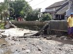 Tanggul Kali Cakung Jebol, Lumpur Berserakan di Jalan