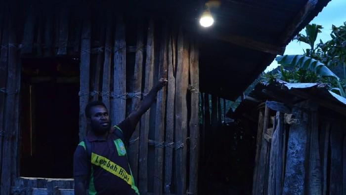 Lampu Tenaga Surya Jadi Kado Natal Warga Terpencil di Papua