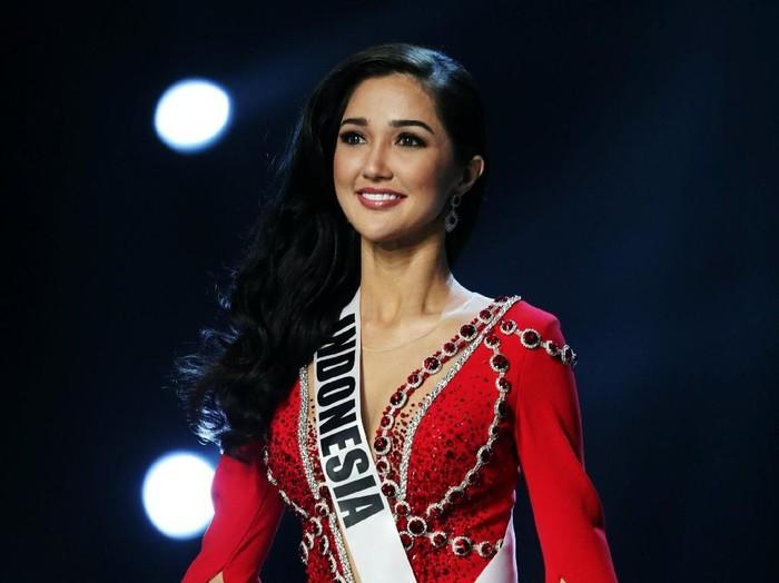 Sonia Fergina Citra bicara keragaman di babak 20 besar Miss Universe 2018. Foto: REUTERS/Athit Perawongmetha