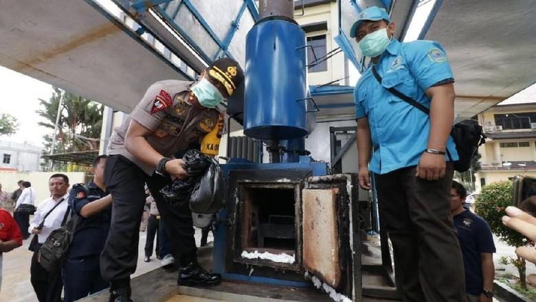Polda Kalbar Musnahkan 1,3 Kg Sabu dari Penangkapan 7 Tersangka