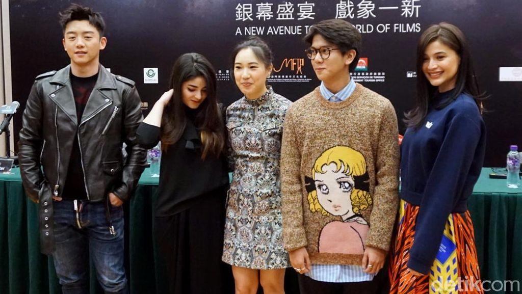 Gaya Iqbaal Ramadhan bersama Bintang Baru Asian Lainnya