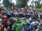Tarif Parkir di Wisata Religi Sunan Ampel Dikeluhkan Pengunjung