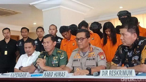 Jumpa pers kasus pengeroyokan anggota TNI dan perusakan Polsek Ciracas di Mapolda Metro Jaya, Jumat (14/15/2018)