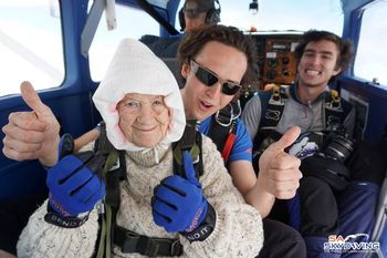 Aksi Nenek 102 Tahun yang Jadi Penerjun Payung Tertua di Dunia
