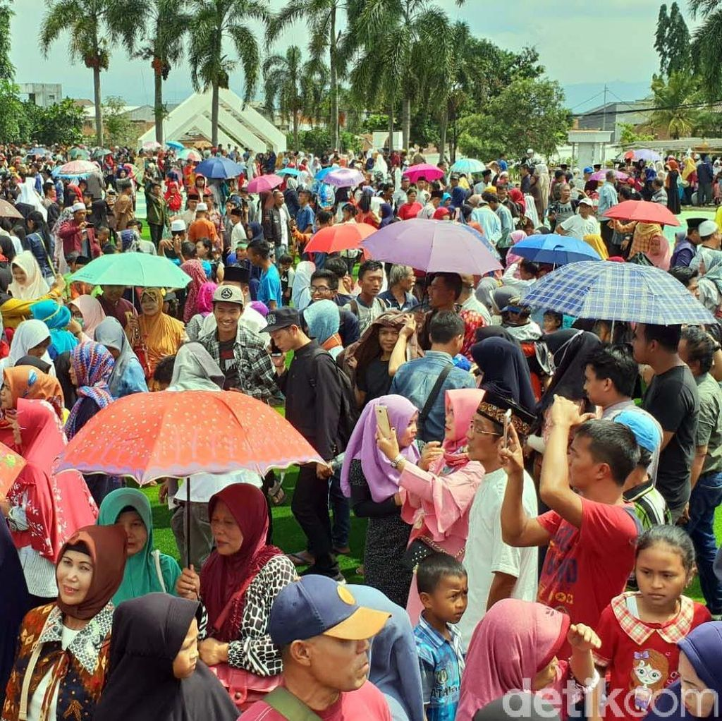 OTT Bupati Cianjur, Warga Tumpah Ruah Panjat Syukur