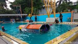 Seru tapi menegangkan. Bertempat di Lakespra Jakarta Selatan, detikHealth berkesempatan menjajal simulasi penyelamatan pesawat jatuh.