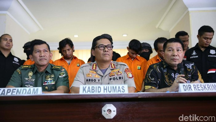 Polda Metro Jaya dan Pangdam Jaya mengungkap kasus pengeroyokan anggota TNI di Ciracas, Jaktim. (Agung Pambudhy/detikcom)