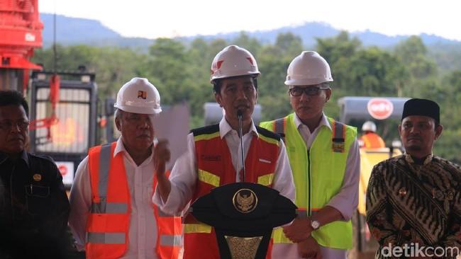 Presiden Jokowi resmikan proyek tol pertama di Aceh/Foto: Agus Setyadi/detikcom