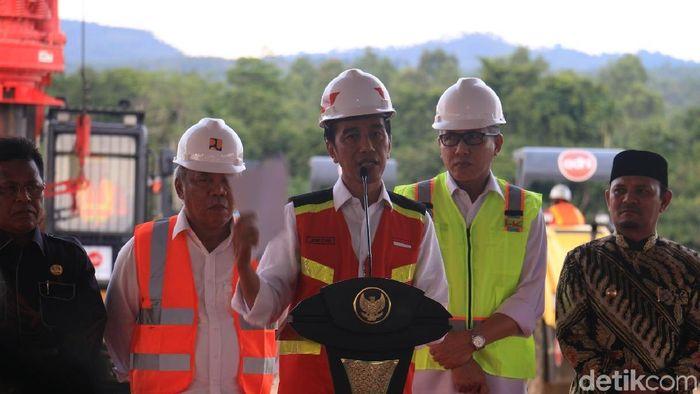 Jokowi resmikan proyek tol pertama di Aceh/Foto: Agus Setyadi/detikcom