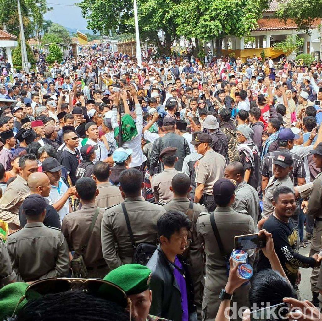 Tumpah Ruah! Warga Rayakan OTT Bupati Cianjur di Alun-alun