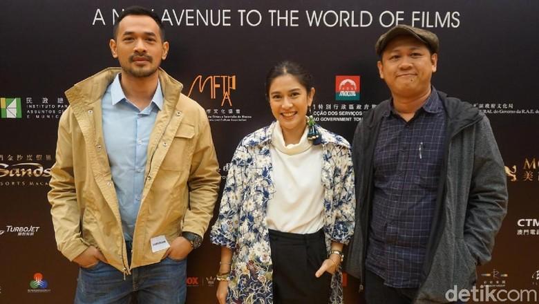 Oka Antara, Dian Sastrowardoyo dan sutradara Edwin di IFFAM 2018. Foto: (Delia/detikHOT)