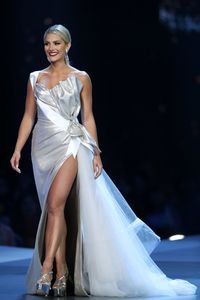 Tampil di New York Fashion Week, Baju Dian Pelangi Ditaksir Miss USA