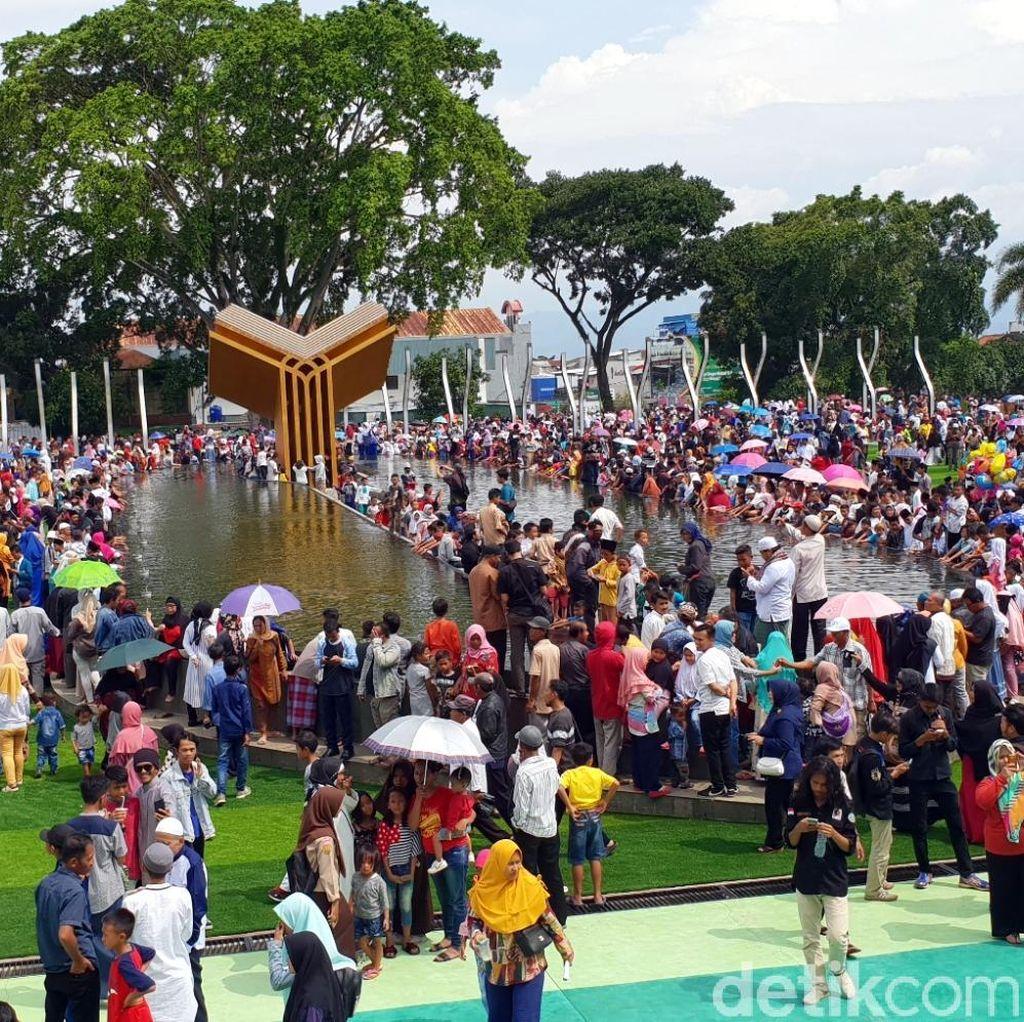 Rayakan OTT Bupati Irvan, Warga Tumpah Ruah di Alun-alun Cianjur
