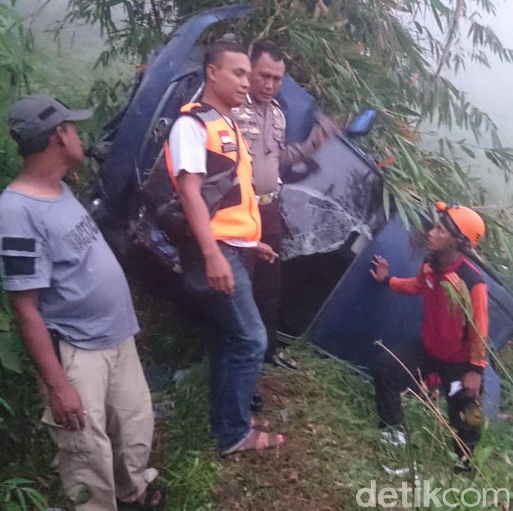 Mobil Berpenumpang 1 Keluarga Terjun ke Jurang Mojokerto, Dua Luka