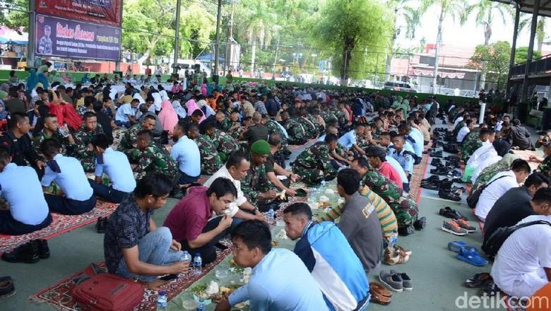 Hari Juang Kartika di Bone, TNI Makan Melantai Bareng Warga