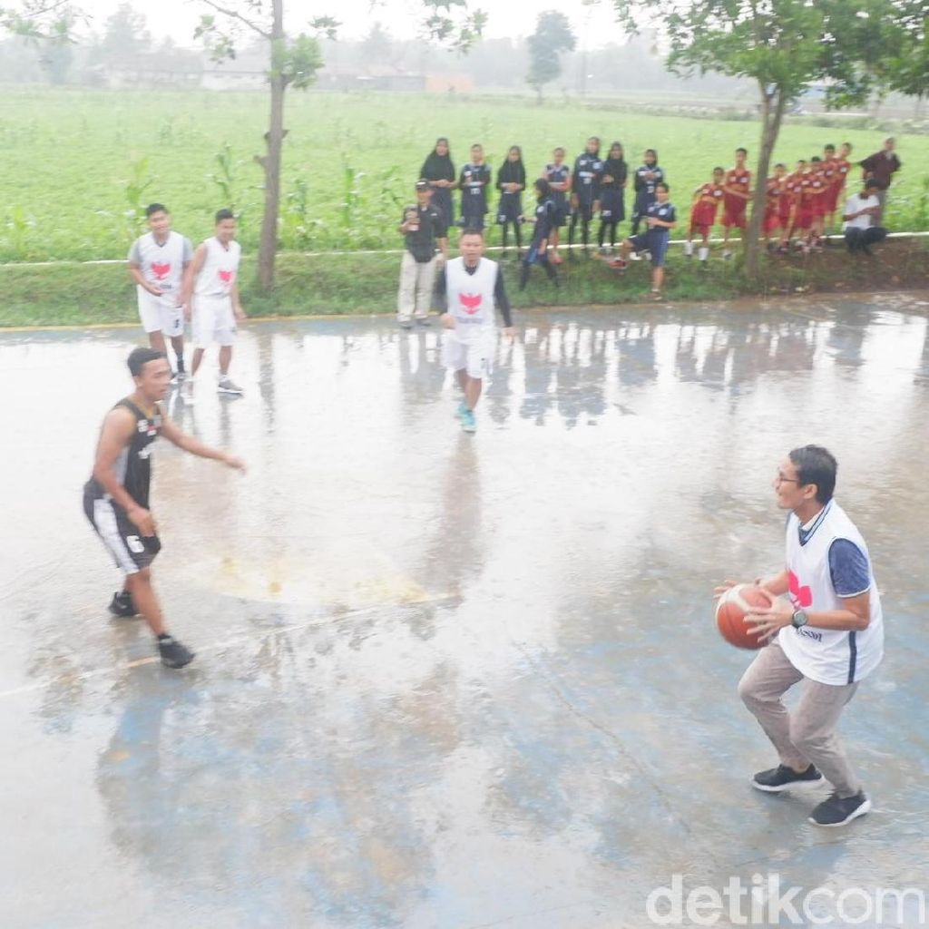 Sandi Main Basket di Bawah Guyuran Hujan Deras di Banjarnegara