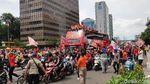 Foto: Aksi Anies Naik Bus Tingkat di Pawai Persija Juara