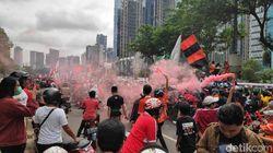 Pawai Sang Juara! Jakmania Mengoranyekan Jakarta