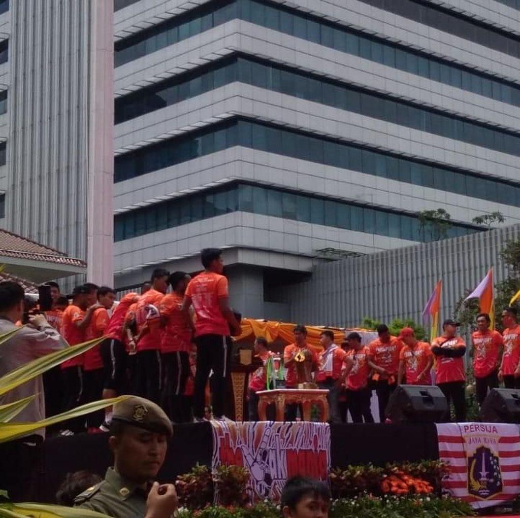 Foto: Kemeriahan Pawai Persija Juara hingga Serahkan Trofi ke Anies