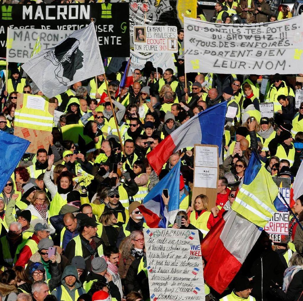 Suasana Mencekam Aksi Demonstran Rompi Kuning di Prancis