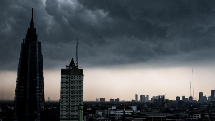 Awan hitam menyelimuti langit Jakarta, Senin (10/12/2018). Badan Meteorologi, Klimatologi dan Geofisika (BMKG) mengatakan potensi hujan lebat disertai petir di wilayah Jakarta secara merata sepanjang hari. ANTARA FOTO/Rivan Awal Lingga/hp.