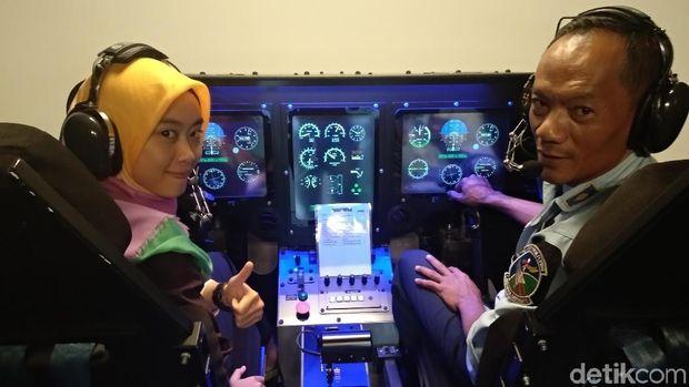 Jurnalis detikHealth menjajal simulasi penerbangan dengan kondisi ilusi visual (Foto: detikHealth)