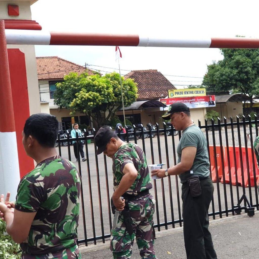 TNI dan Polri Bersih-bersih Mapolsek Ciracas Usai Diserang Massa