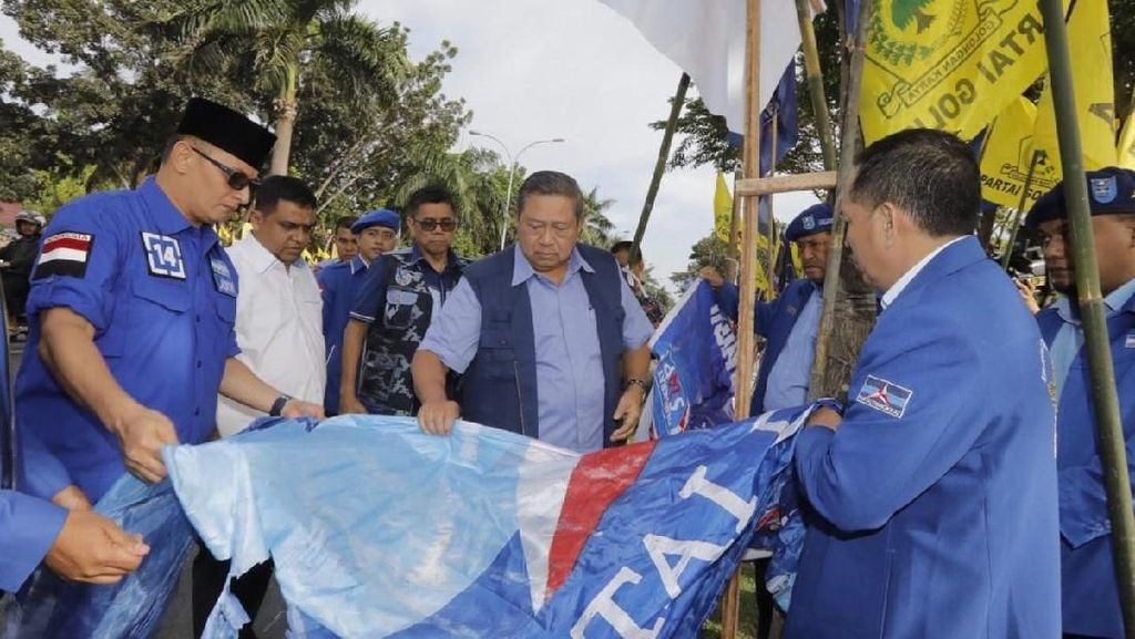 Detik-detik Perusak Baliho Demokrat Beraksi Hingga Dipergoki Warga
