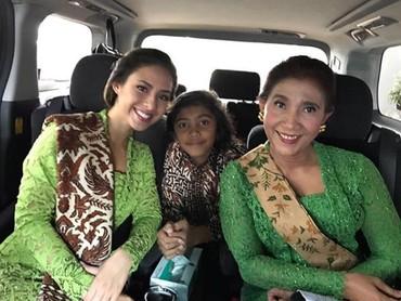 Susi kompak berkebaya hijau bareng Nadine. Cantik dan anggun ya, Bun? (Foto: Instagram @susipudjiastuti115)