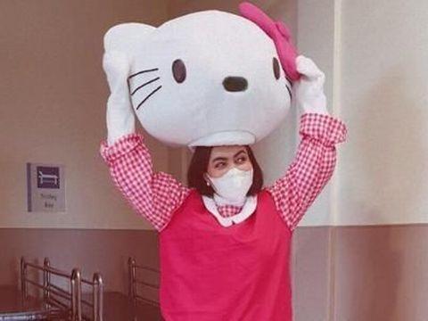 Demi Shakira, Denada mengenakan kostum Hello Kitty/