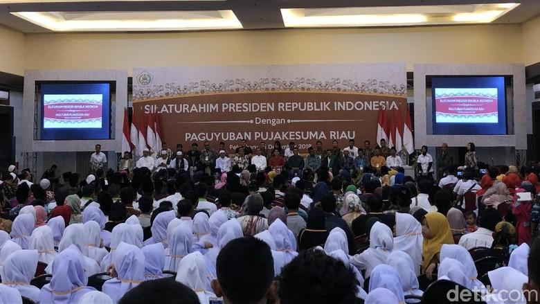 Bertemu 'Pujakesuma', Jokowi Minta Tetap Hormati Tradisi Riau