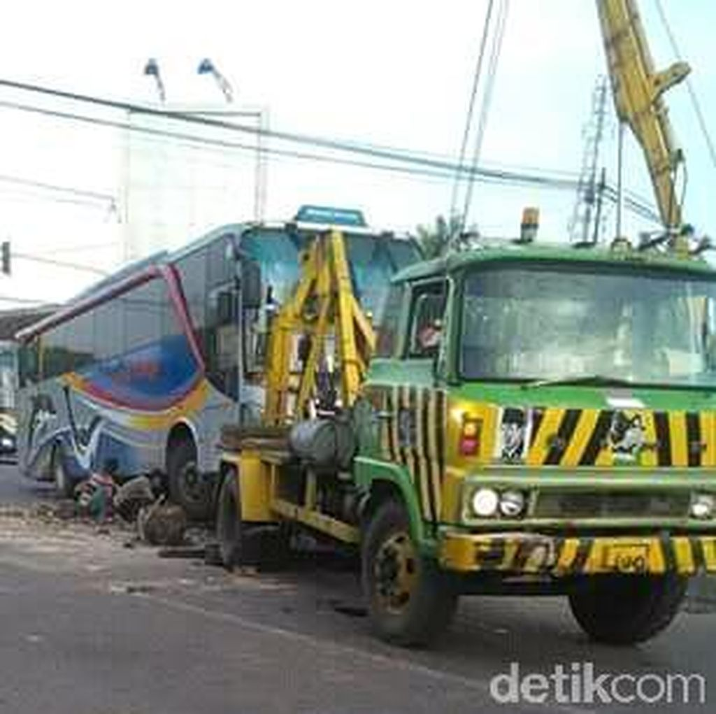 Terabas Traffic Light, Bus Sugeng Rahayu Hantam MPV