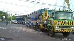 Terabas Traffic Light, Bus Sugeng Rahayu Hantam MPV