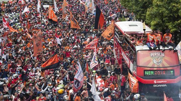 Pawai Persija Jakarta dari Senayan ke Balai Kota DKI Jakarta.
