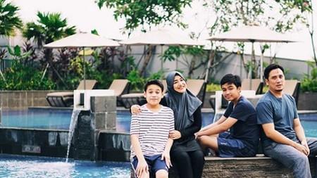 So Lucky! 6 Selebritas Indonesia yang Punya Anak Kembar