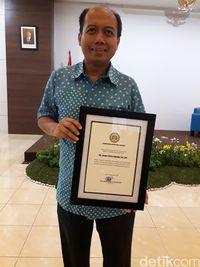 Sutopo saat menerima penghargaan dari PDPI.