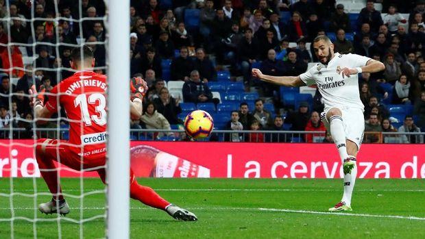 Karim Benzema mencetak gol ke gawang Rayo Vallecano pada menit ke-13. (