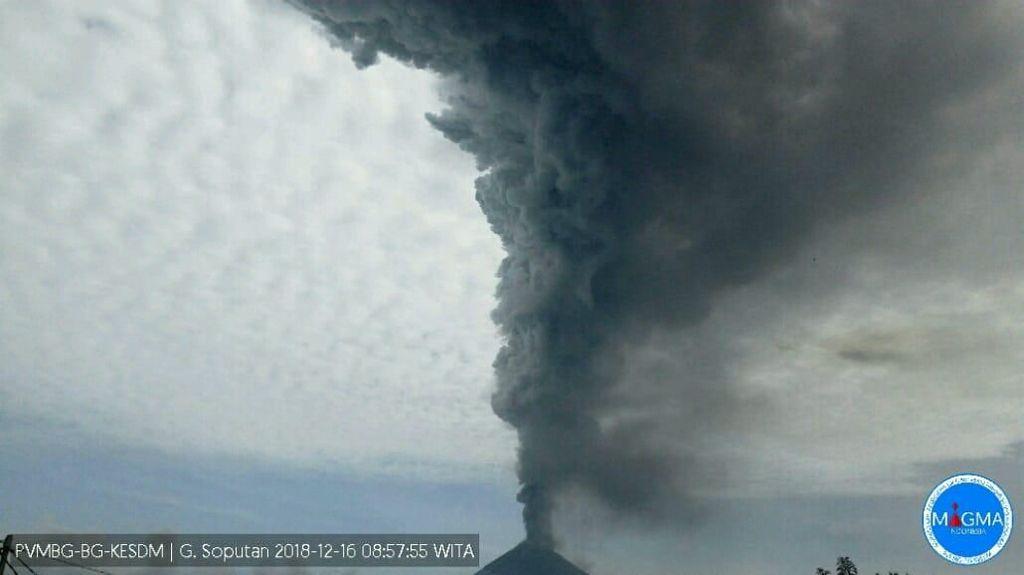 Gunung Soputan di Sulawesi Utara Erupsi