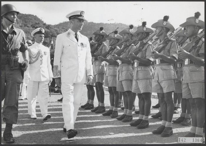 PVK (Korps Sukarelawan Papua) mengambil bagian dalam pawai tradisional untuk pertama kalinya dalam sejarah, 30 April 1962. Ada Gubernur Nieuw Guinea Belanda, dr Platteel. (Kantoor voor Voorlichting en Radio Omroep Nieuw-Guinea)