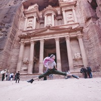 Selain ke pantai, Amber Heard pernah mendatangi beberapa destinasi wisata terkenal di dunia. Salah satunya, dia kegirangan banget saat di kota batu Petra (Instagram/amberheard)