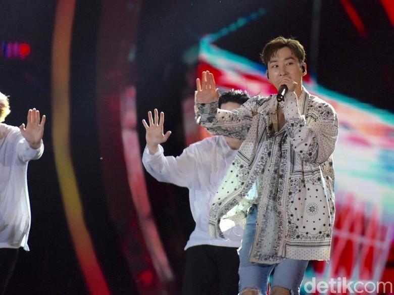 Berkunjung ke Candi Borobudur, Super Junior dan TVXQ Tampak Happy