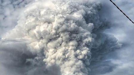 Foto Dramatis Erupsi Gunung Soputan Sulawesi Utara