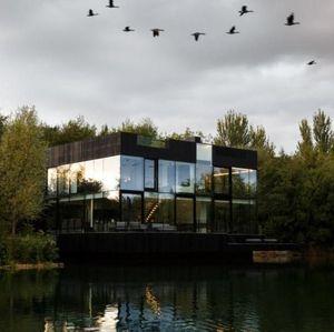 Rumah Kaca Di Atas Danau