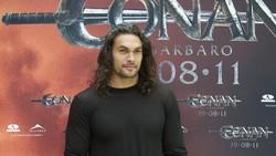 Sukses memerankan tokoh Arthur Aquaman membuat Jason Momoa digandrungi, khususnya kaum wanita. Simak transformasinya dari muda hingga sekekar sekarang.